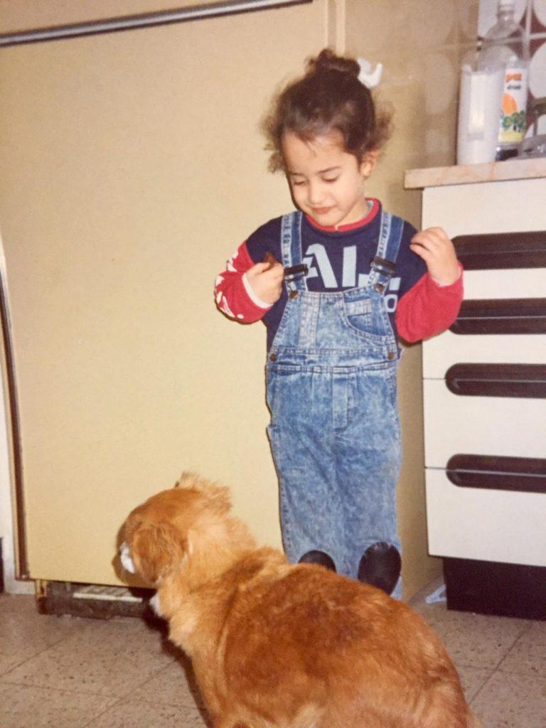 תמונה יעל טל בילדותה יחד עם מנגו הכלבה